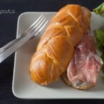 Brioche con Prosciutto di Parma, Mousse di Fegato, Pesche Caramellate e Insalata con Gelatina di Lambrusco