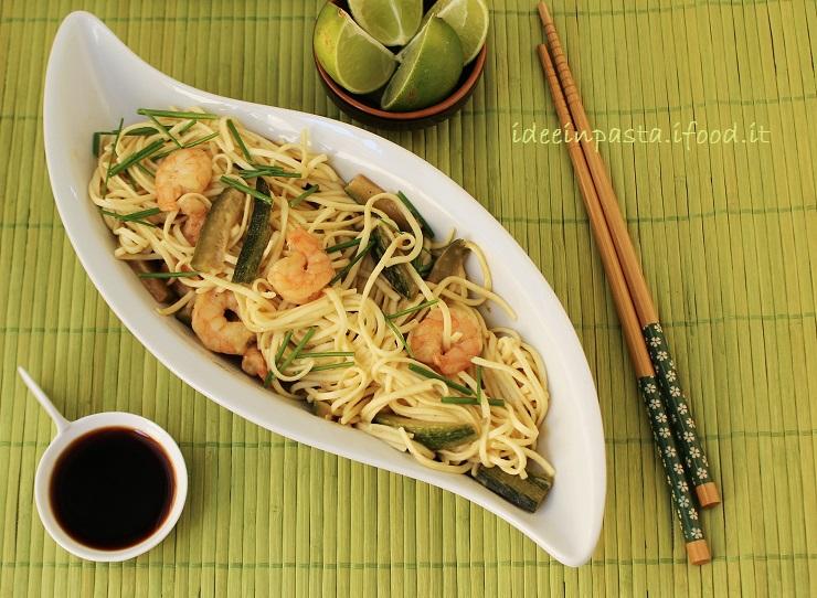 Noodles di grano con zucchine, gamberi e lime