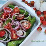 Friggitelli al forno con prosciutto cotto e ricotta, cipolle e pomodorini
