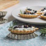 Barchette di frolla alle mandorle con Roquefort e uva nera