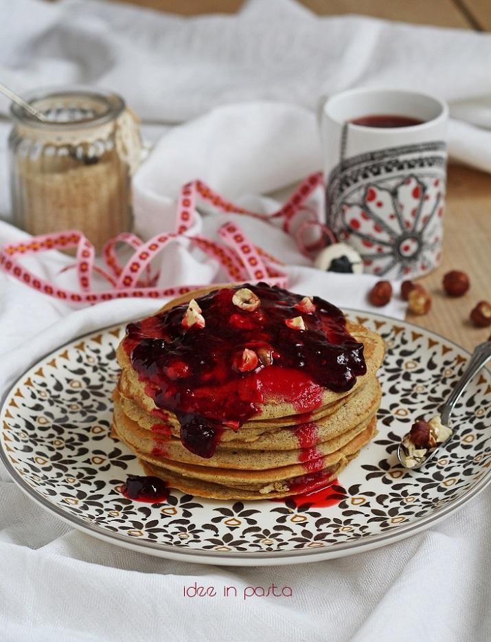 Pancake di grano saraceno con frutti rossi e nocciole