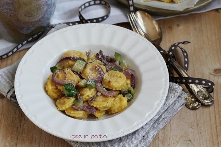 Ravioli di carne e Parmigiano con zucchine e cipolle rosse