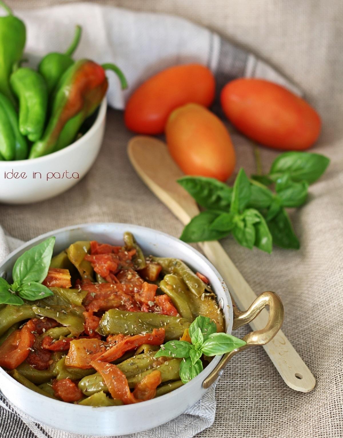 Friggitelli in padella con pomodori e basilico