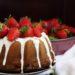 ciambella alla panna con fragole e cioccolato bianco